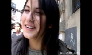 Czech housewife blows stranger´s pecker in car