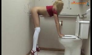 Slutty-teen-finds-a-gloryhole-dildo - xvideos.com