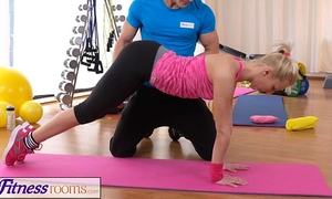 Fitnessrooms bendy blond bows over for her personal tutor