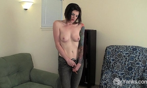 Tattooed liss rubbing her cunt