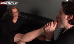 Nasty aged wench receives her feet sucked